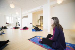 Amersfoort: Iris den Hollander geeft senioren yoga